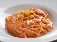 生うにとオーガニックトマトの旨味と酸味が相まった、濃厚な『生ウニのトマトクリームソース リングイネ』