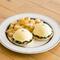 オランデーズソースと具材が絶妙なハーモニー『ホウレン草とベーコンのエッグスベネディクト』