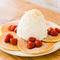 自分好みにアレンジできる『ストロベリー、ホイップクリームとマカダミアナッツのパンケーキ』