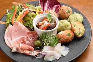 その日の気まぐれ、お勧めの前菜を楽しめる『前菜盛り合わせ』