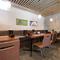 白を基調とした壁とナチュラルな木の質感のテーブルが心地良い