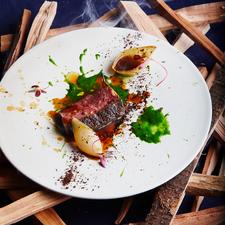 薪焼きでしか味わえない、芳醇な味と香りを堪能『牛肉の薪焼き』