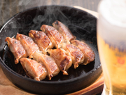 9種類をラインナップする『餃子』はお店の看板メニュー。4種類の鉄鍋餃子を始め、まるでお鍋のような炊き餃子のご用意もございます。あつあつふっくら、自慢の味わいをお楽しみください。
