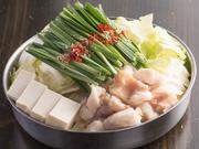 醤油と味噌、選べるスープが人気の『虎徹のもつ鍋』。にんにくの効いたスープは自家製、もつは国産、ぷりぷりのものを使用しています。本場福岡、贅沢な地元の味わいをご満喫ください。