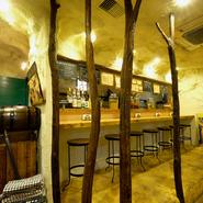 有名なフランス人画家が住んでいたことで知られる、フランス南部のアルル地方をイメージしてつくられた店内。店名の由来でもある、古い木(アメイロ)を店内にも配置し、隠れ家の様な空間をつくりだしています。
