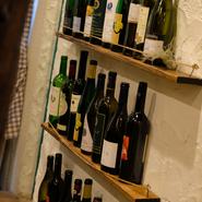 『黒毛和牛の自家製ローストビーフ』や、『舞鶴鮮魚のアクアパッツァ』といったメインメニューには、ワインに合う料理も多数。チーズの盛り合わせなどもあり、ワイン片手に友人や会社仲間との会話も弾みます。
