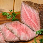 霜降りがしっかり入った黒毛和牛のローストビーフ。一定の温度に保った真空低温調理で旨みを閉じ込めているため、ジュワッと広がるローストビーフの肉汁が味わえます。外国産牧場牛との2種類から選択可。