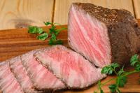 バルサミコに醤油とみりんを混ぜた甘酸っぱいソースと共に『黒毛和牛の自家製ローストビーフ』