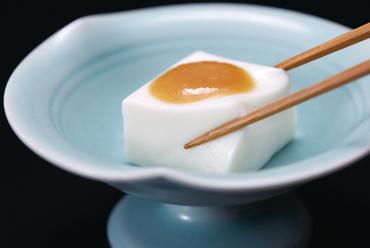 独特の食感と柔かな甘みが女性に人気、白亜と橙のコントラストが美しい『嶺岡豆腐』