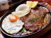 通称『ふくしまブルブル』は、人気メニューのひとつ。名店【ブルドック】をオマージュした、ジューシーな豚肩ロース肉の鉄板焼きステーキです。