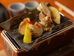 昆布の香りが食材を包み込み、特製肝ソースが濃厚な味わいを醸し出す『鮑と季節の野菜の松前焼き』