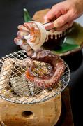 大ぶりな蛸の足を、一本丸々焼いて食べます。新鮮な蛸の足を使うので、焼きあがるまでの間は足が踊る姿を見ることができます。しょう油などのを付けなくても蛸の旨味だけでも十分美味しいく食べられます。