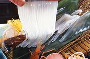 さっきまで生きていた烏賊を丸ごとお造りにした贅沢な一皿。  ※入荷状況により、価格が変動する場合があります。
