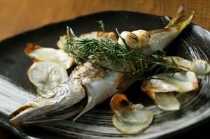 厳選して仕入れた旬の魚を、素材の味を活かしたシンプルな調理法でいただく『一本魚のロースト』