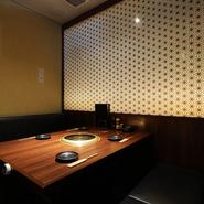 落ち着いた雰囲気の個室は、記念日や誕生日といった特別な日のデートにもぴったり。リラックスして食事ができるプライベート空間で、日本三大和牛『近江牛・神戸牛・松阪牛悶絶コース』などを堪能できます。
