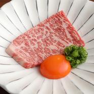 近江牛・神戸牛・松阪牛など、その日の美味しい銘柄和牛を用いて構成される一皿。約6種類から7種類の特選肉をしっかりとご堪能いただけます。盛合せに含まれるお肉の銘柄や部位などは仕入れ状況により異なります。