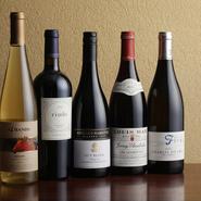 繊細な酸味が特徴的な「ボルドーワイン」や、色鮮やかで香り高い「ブルゴーニュワイン」など、お肉に合うフランス産、チリ産のグラスワインが充実。ボトルワインも豊富に取り揃えています。