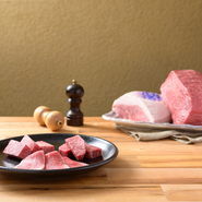神戸牛・松阪牛は赤身のモモ肉を仕入れ。格付基準に合格したことの証、『菊の判』が押された神戸牛は、クドくない味わいと香りが秀逸です。また、松阪牛は、濃厚な味わいと、口溶けの良い食感が堪能できます。