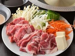 柔らか豚のしゃぶしゃぶが食べ放題。+3000円でA5牛しゃぶしゃぶも食べ放題に追加