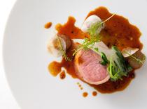 滋味深い『フランス ロゼール産仔羊のロティ ヴァドヴァンマサラ風味のジュ』