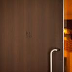 扉を開くと広がる、落ち着いた隠れ家空間