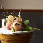 季節の魚五種の御造り。水揚げされたばかりの新鮮さを、お気に入りのお酒と共にいただけます。(写真は二名様盛り:1900円)