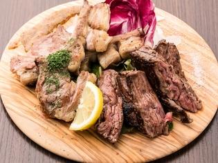 肉バルにふさわしい国産黒毛和牛や各地のさまざまな銘柄肉