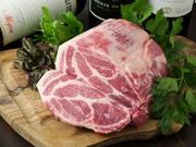加工後冷蔵庫に骨付きの状態で数日間保管。 タンパク質の熟成を促進させることで、豚肉中の アミノ酸含量を増加させ旨みや甘みをさらに高める熟成をしています。