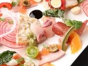 『季節野菜のピクルス』や、『マスカルポーネと岩海苔のムース』 など人気のタパスが19時まで限定で、通常価格よりもかなりお得にオーダーできます。早い時間のちょい飲みにもぜひ!
