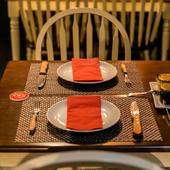 目の前で肉を切り分けるライブ感で、二人の食事がもっと楽しく