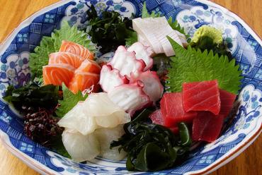 料理長自ら厳選した四季折々の鮮魚を堪能。素材本来の味わいを口の中で楽しめる『お造り五種盛り』