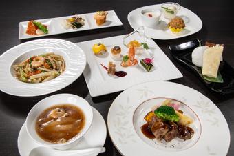 北京ダック、ふかひれと鮑の壷煮など、厳選素材をふんだんに取り入れた料理の数々を味わえるコース
