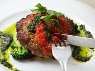 肉の旨味が凝縮された『仔羊のハンバーグステーキ 南欧風バジルトマトソース』