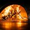 熟練の窯職人が手掛けたという特注の薪窯で焼きあげるピッツァ