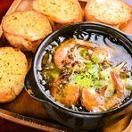 食材のひとつひとつにこだわったイチ押しアヒージョ。本場スペイン産のオリーブオイルや新鮮で香り高いニンニク、数種の調味料など当店ならではの逸品に仕上がっています。