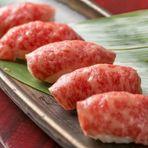 A4ランクの国産和牛をさっと炙り、酢飯とともにいただける上質なお寿司。素材本来のジューシーで甘味のある脂が酢飯と絡み合い、口の中でとろけるほどの味わいです。一度食べるとクセになる贅沢な逸品。