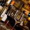 ワンコインでさまざまなグラスワインを飲み比べ
