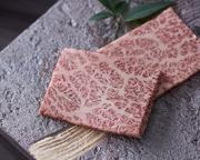 黒毛和牛の「タンモト」「タンナカ」のみを使用。霜降りタンの旨みと柔らか食感を堪能できる、焼肉のスタートメニューにふさわしい一皿です。