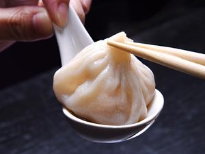 上海の老舗【緑波廊】直伝。料理人がイチから国産食材を使用して作った、本場の味わいを堪能する『小籠包』