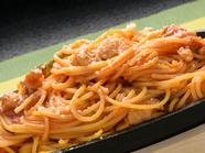 太めの麺に自家製ナポリタンソースがよく絡んだ絶品『ふわふわたまごの鉄板ナポリタン』