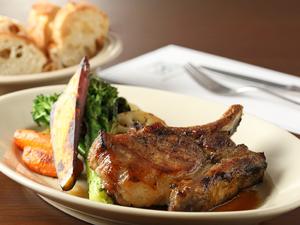 厳選された豚肉の柔らかく、なめらかな食感が堪らない『小江戸黒豚炭火焼きグリル』