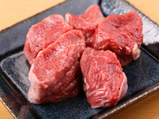 穀物肥育で飼育されたフランス産の特上マトンは、肉質がやわらかく、クセがなくあっさりしているのが特徴です。甘い脂と甘い香りが食欲をわきたてます。赤身と脂の釣り合いがよく肉本来の味を堪能できる一品です。