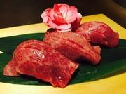 一頭から少ししか取れない超希少部位を使用。炙る事により、味わい深い「黒毛オリーブ牛」の旨味がギュッと中に閉じ込められ、口中にお肉の美味しさが広がります。