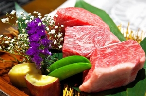 いろいろな部位を味わえる『本日の黒毛オリーブ牛ステーキ 食べ比べ3種180g 炭火焼き野菜』
