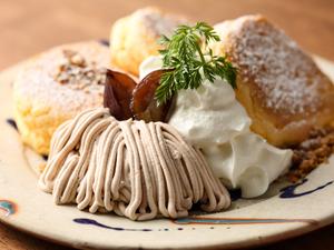 2つのソースで味わう『和栗のモンブランパンケーキ』
