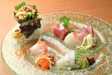季節ごとの旬の味わいを楽しめる、華やかな一皿『刺身盛り合わせ』(一人前より承ります)