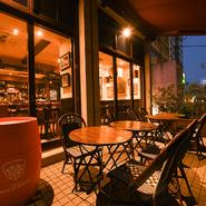 居心地のよいイタリアンバルのような店内も素敵ですが、気持ちのよい季節には開放的な外の特等席も。明かりに照らされた店内が、まるでイタリアンを訪れているかのような雰囲気にさせてくれます。