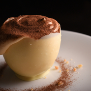 ナポリから直輸入した、水牛のフレッシュリコッタチーズを使った『ティラミス』は、クセのない濃厚なミルク味。最後は、ホワイトチョコレートでつくられた器を割りながら、まるごと全部いただけます。