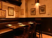 シェフの味を求めて著名人も訪れる、居心地のよい店内スペース