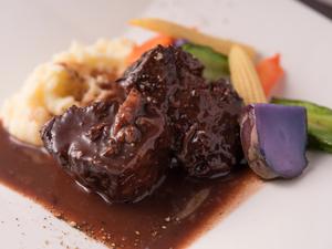 しっとりと柔らかい『国産牛ホホ肉の赤ワイン煮込み』